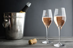 Två exponeringsglas av Rose Pink Champagne Royaltyfria Foton