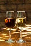 Två exponeringsglas av sherry på en trätabell Royaltyfria Bilder