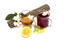 Två exponeringsglas av te, två typer Arkivbild