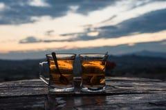 Två exponeringsglas av turkiskt te Arkivfoto