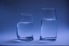 två exponeringsglas av vatten som tillbaka buktas för att dra tillbaka Arkivbild