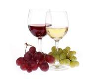 Två exponeringsglas av wine med druvor Royaltyfri Bild