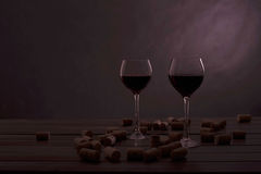 Två exponeringsglas av wine på en bordlägga med driftstopp Royaltyfri Bild