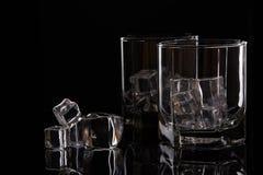 Två exponeringsglas för whisky med is Arkivbilder