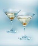 Två exponeringsglas martini med oliv. isolerad coctail Arkivfoton