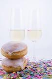 Två exponeringsglas med champagne Arkivfoton