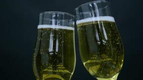 Två exponeringsglas med Champagne i händer lager videofilmer