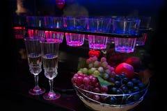 Två exponeringsglas med champagne på bakgrunden av stången kontrar Royaltyfria Bilder