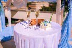 Två exponeringsglas med champagne på tabellen Fotografering för Bildbyråer