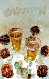 Två exponeringsglas med Champagne, rosor och skinande kulor i bakgrund och textvälkomnande fotografering för bildbyråer