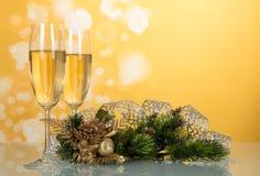 Två exponeringsglas med champagne, sörjer filial som dekoreras med bandet, N Arkivbild
