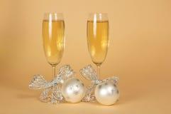 Två exponeringsglas med champagnen, dekorerad silver arkivbild