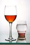 Två exponeringsglas med drinkar. Royaltyfri Foto