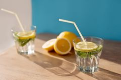 Två exponeringsglas med en coctail och en citron Royaltyfri Foto