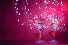 Två exponeringsglas med en coctail och två hjärtor, valentin dagbegrepp fotografering för bildbyråer