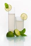 Två exponeringsglas med kall lemonad Arkivbilder