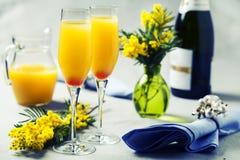 Två exponeringsglas med mimosacoctailen & x28; mousserande vin plus orange jui royaltyfri foto