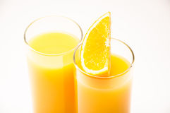 Två exponeringsglas med orange fruktsaft Royaltyfri Foto