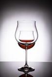 Två exponeringsglas med rött vin som skapar illusionen av tre Royaltyfri Foto