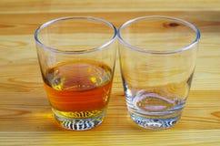 Två exponeringsglas på en träbästa sikt för tabell Arkivfoton