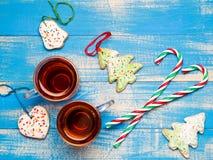 Två exponeringsglas rånar av te-, pepparkaka- och godisrottingar på en blåttbac Royaltyfria Bilder