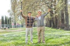 Två extatiska pensionärer som in poserar, parkerar Arkivbild