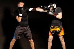 Två färdiga unga boxare som slåss i cirkeln royaltyfria foton