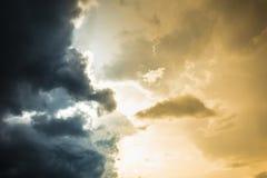 Två färger av himmel för himmeldagljus konfronterar med strom Royaltyfria Foton