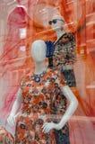 Två färgglada skyltdockor i ett shoppafönster Royaltyfri Foto