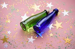 Två färgrika glasflaskor på en bakgrund med höghus och mousserar arkivbilder