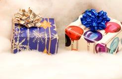 Två färgrika julklappar arkivfoton