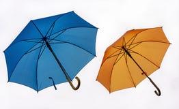 Två färgrika paraplyer på en vit bakgrund royaltyfria foton