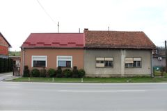 Två fäste förorts- hus - som var nya vs gammal kontrast Fotografering för Bildbyråer