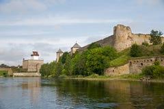 Två fästning - Ivangorod, Ryssland och Narva, Estland Arkivfoto
