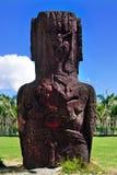 Två fågelcarvings på backen av en moai Arkivfoto