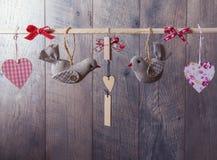 Två fåglar och hjärta som ett symbol av förälskelse- och valentindagkortet Arkivfoto