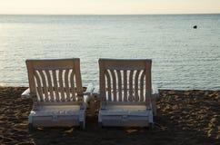 Två fåtöljer på stranden Royaltyfri Bild