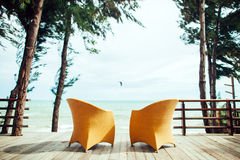 Två fåtöljer på strandseaviewen inget Royaltyfria Bilder