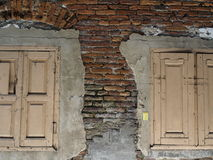 Två fönster på tegelsten royaltyfria foton