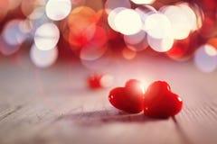Två förälskade valentindaghjärtor royaltyfri fotografi