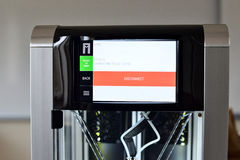 Två förbinder den klara skrivaren för glödtråden 3D till wifinätverket Ny printingteknologi Royaltyfria Bilder