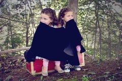 Två förskräckta små flickor Arkivfoton