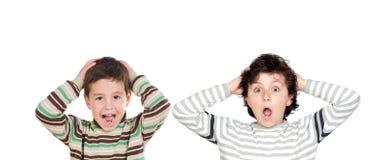 Två förvånade pojkar som öppnar deras munnar arkivbilder