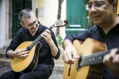 Två fadogitarrister med akustiska och portugisiska gitarrer arkivfoto