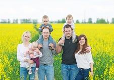 Två familjer med småbarn arkivfoton