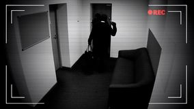 Två farliga maskerade män som avväpnar inbrottslarmsystemet som bromsar in i bankvalv royaltyfri bild
