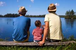 Två farsor och en unge på en flod arkivbild