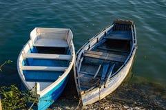 Två fartyg i den klara sjön royaltyfria foton