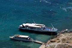 Två fartyg nära den Gramvousa ön Arkivfoto