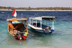 Två fartyg på blåa vågor i havet Tropiska Gili öar Royaltyfri Bild